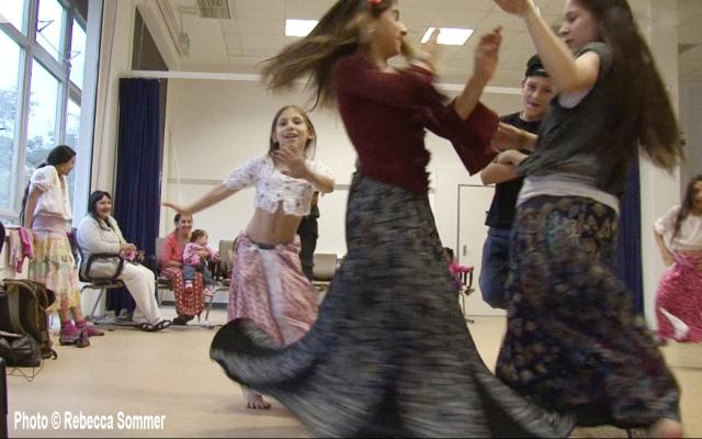 AG F+M Kulturelle Tanzgruppe im Flüchtlingsheim Salvador Allende Haus