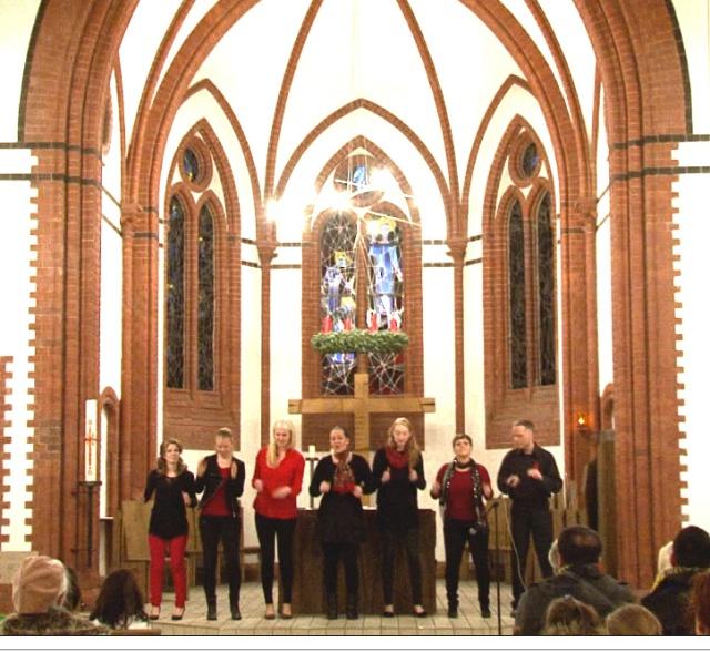 AG-F+M Veranstaltung: Eine muntere Gesangstruppe mit Mitgliedern aus verschiedenen Berliner Chören, die sich extra für dieses Konzert zusammengefunden haben – in Solidaritaetr mit den Fluechtlingen