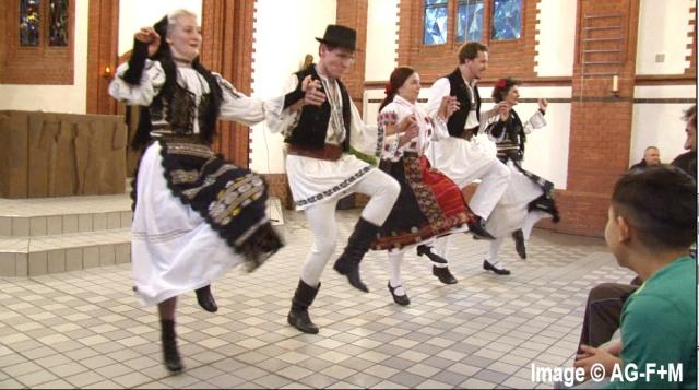 Arbeitsgruppe Flucht+Menschenrechte AG-F+M, Tina Hess(links) bei unserer Interkulturellen Veranstaltung in der St. Joseph Kirche 6 Dezember 2014 Balkan-Tanzensemble: Metapodia