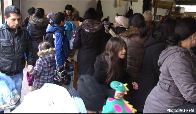 Spendenausgabe 3 Januar 2015: Flüchtlinge im AG-F+M Spendenzwischenlager in der St. Josef Kirche