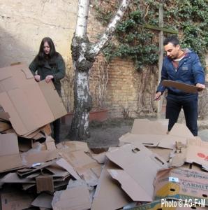 AG-F+M Spendenkammer: Bena und Meena zerlegen die letzten Kisten