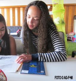 Dominika Bouchon gibt Nachhilfeunterricht