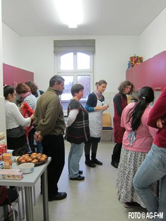 AG-F+M Kochkurs von Fluechtlingen im Gemeindehaus der Katholischen Kirche St.Josef.