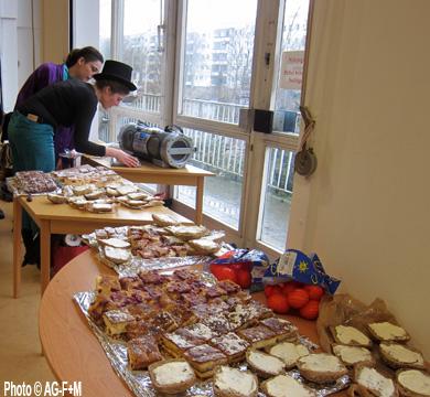 Zirkus Cabuwazi zu Besuch im Salvador Allende Haus, Bewohnerin und Mutter backte verschiedene leckere Kuchen.