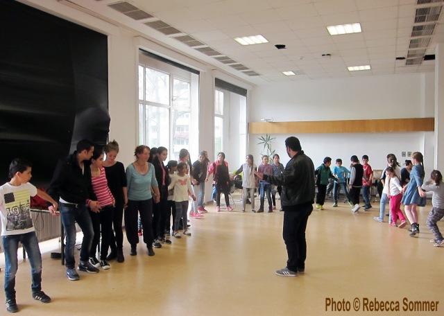 AG F+M Tanzgruppe: Jugendliche aus 4 Flüchtlingsheimen üben gemeinsam Dabke und Armenischen Tanz im Salvador Allende Haus (Foto © Rebecca Sommer)