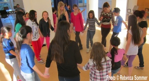 AG F+M Tanzgruppe: Jugendliche aus Füchtlingsunterkünften Radickestrasse, Günau und Salvador Allende Haus üben erste Schritte Dabke
