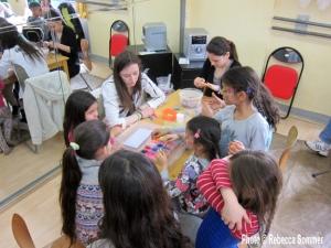 Kindergruppe aus dem Salvador-Allende-Haus basteln Schmuck im Jugendclub Der Würfel (Photo © AG F+M)