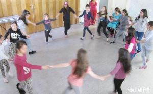 Arbeitsgruppe Flucht+Menschenrechte (AG F+M) Tanzkurs:  Gemeinsames Tanzen in der Flüchtlingserstaufnahmestelle Grünau