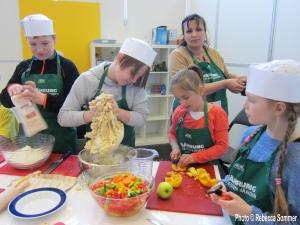 Mirela bringt KIndern im FEZ  (Kinderkochschule) Roma Gerichte aus Serbien bei.