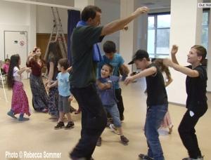 Sani Rifati bringt Fluechtlingskindern der AG F+M Tanzgruppe im Salvador Allende Haus Rom Tanzschritte bei