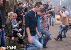Syrische Flüchtlinge + Köpenicker Jugendliche tanzen Dabke. Arbeitsgruppe Flucht+Menschenrechte unterstützte von Flüchtlingen selbstorganisierte Jugendparty im Haus der Jugend 11.April