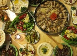 """AG F+M: Flüchtlinge geben Kochkurse. """"Warum schmecken die Gerichte aus Syrien so anders und so unglaublich lecker? Welche Gewürze verwenden sie dort?"""""""