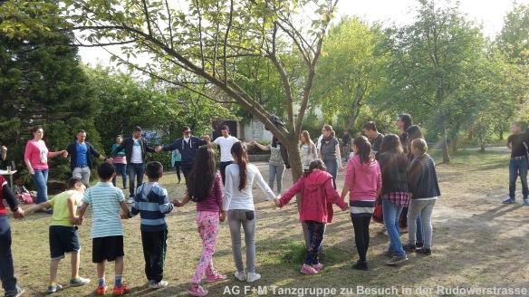 AG F+M Tanzgruppe zu Besuch in Fluechtlingsheim Rudowerstrassse